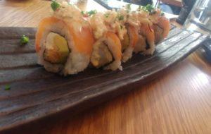 Jalea maki: Salmó fumat amb llagostí panko, alvocat, crema de formatge i chicharrón de calamar