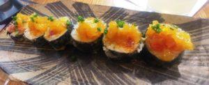 Sweet chilli tuna tempura: Tonyina picant amb alvocat, ceba japonesa i chutney de pinya