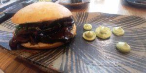 Mollete de carrillera de ternera: Galta de vedella cuita a baixa temperatura amb emulsió de yuzu i salsa d'alvocat