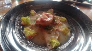 Niwatori: Corball laminat amb chalaquita, ceba japonesa i oli de sèsam calent