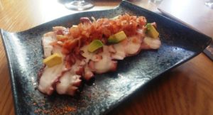 Pulpo al olivo: Pop laminat amb salsa d'oliva de Kalamata i cansalada cruixent
